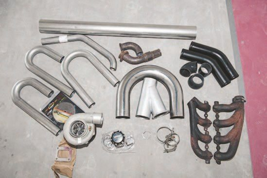 Before building the tubing, all the pieces need to be assembled and arranged: the necessary pipes, turbo, and exhaust manifolds.